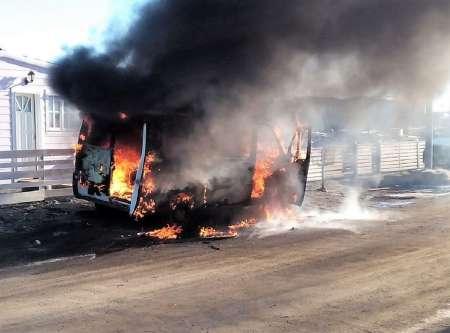 Las llamas consumieron una camioneta municipal