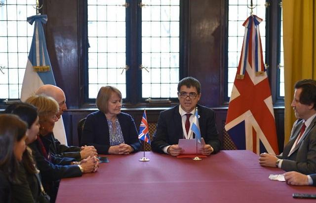 Firma de acuerdo sobre la Antártida entre Argentina y el RU  Firma de acuerdo sobre la Antártida ent